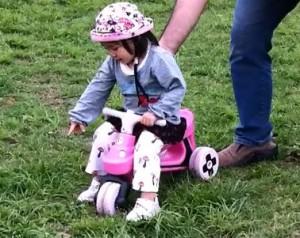 ... で2歳児が乗って蹴って走る