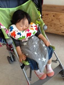 ▲こちらは1歳時代のむすめ。まだちょっと、枕が大きいような漢字もあります。